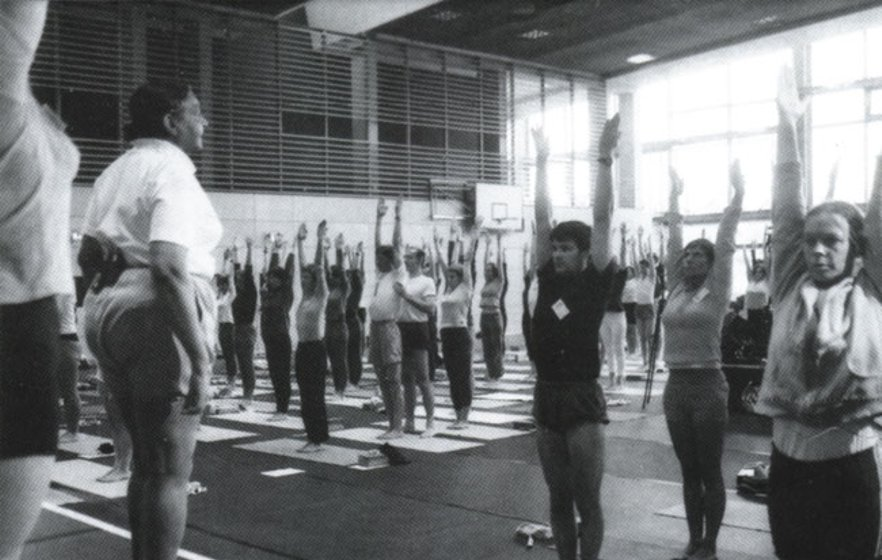 Yogaconvention in Berlin 2004 mit Geeta Iyengar, der Tochter von BKS Iyengar. Sascha Kovacevic vorne im Schwarz
